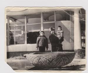 Bu rasm Toshkentda tushirilgan. Men va yonimda Bahodir o`g`lim, qo`limda Hayrullobek. 1969-70 yillar.